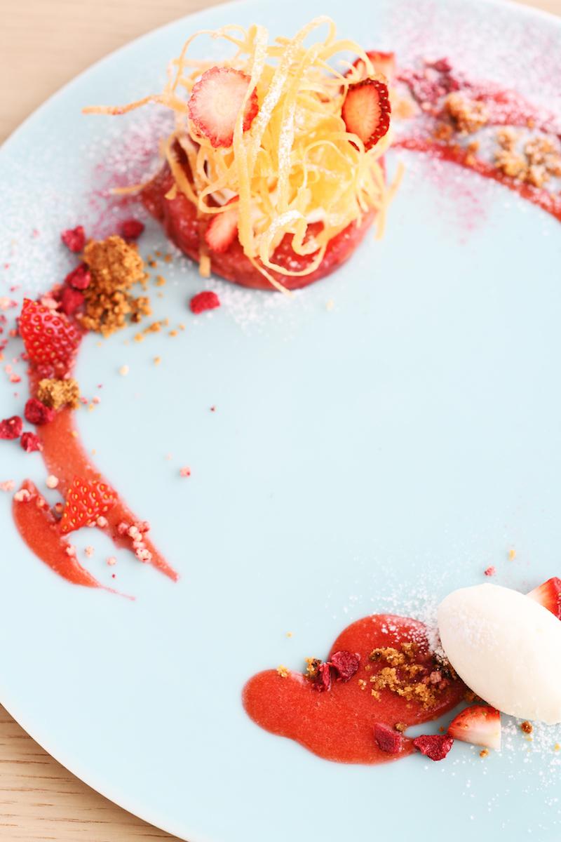 1皿目に出される「テリーヌ」は、いちごとりんごのタタンをテリーヌ仕立てにしたもの。発酵クリームやシガレットをあしらい、杏仁ジェラートを添えて。「天吹 純米吟醸 いちご酵母 生」のグラスと一緒に提供される。