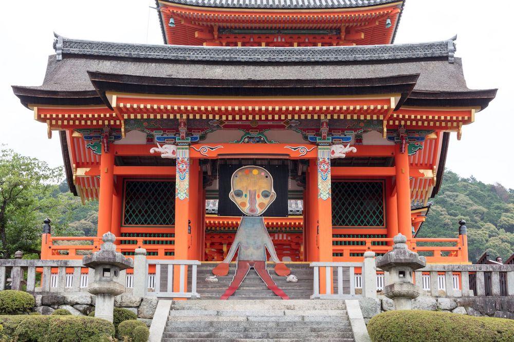 重要文化財の西門では加藤泉の新作インスタ レーションが展示される。 加藤泉「無題」2019年(本展のための特別制作) ©️2019 Izumi Kato
