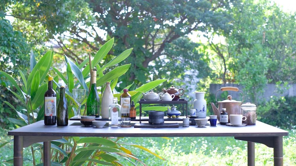 沖縄をはじめとした国内外の作り手の思いがこもった酒や器、家具などが揃う「LIQUID」。待望のオンラインショップの開設で、沖縄に行かずともその世界に触れられるように。