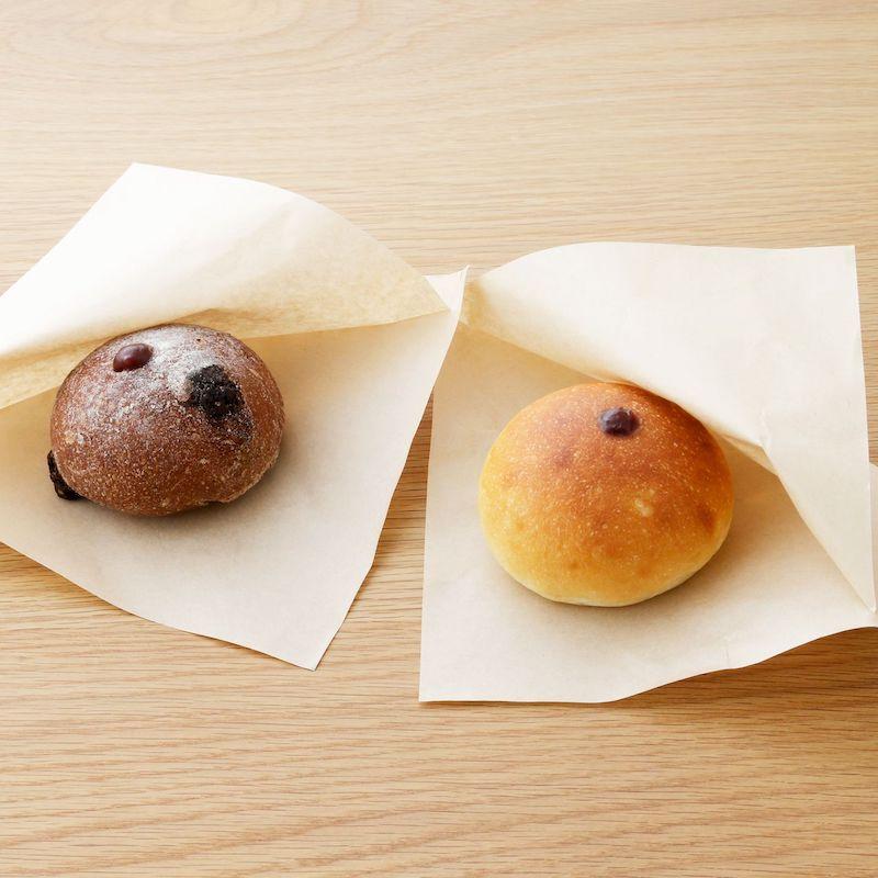 (左)「あんパン カカオ」¥445、(右)「あんパン プレーン」¥390