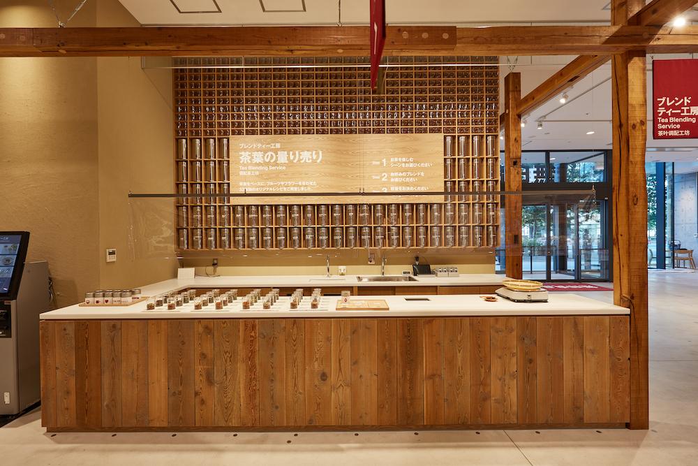1階では50種類以上の食品を扱う「食の量り売り」を先行販売。茶葉やコーヒー豆などさまざまなものを必要な分だけ購入できる。