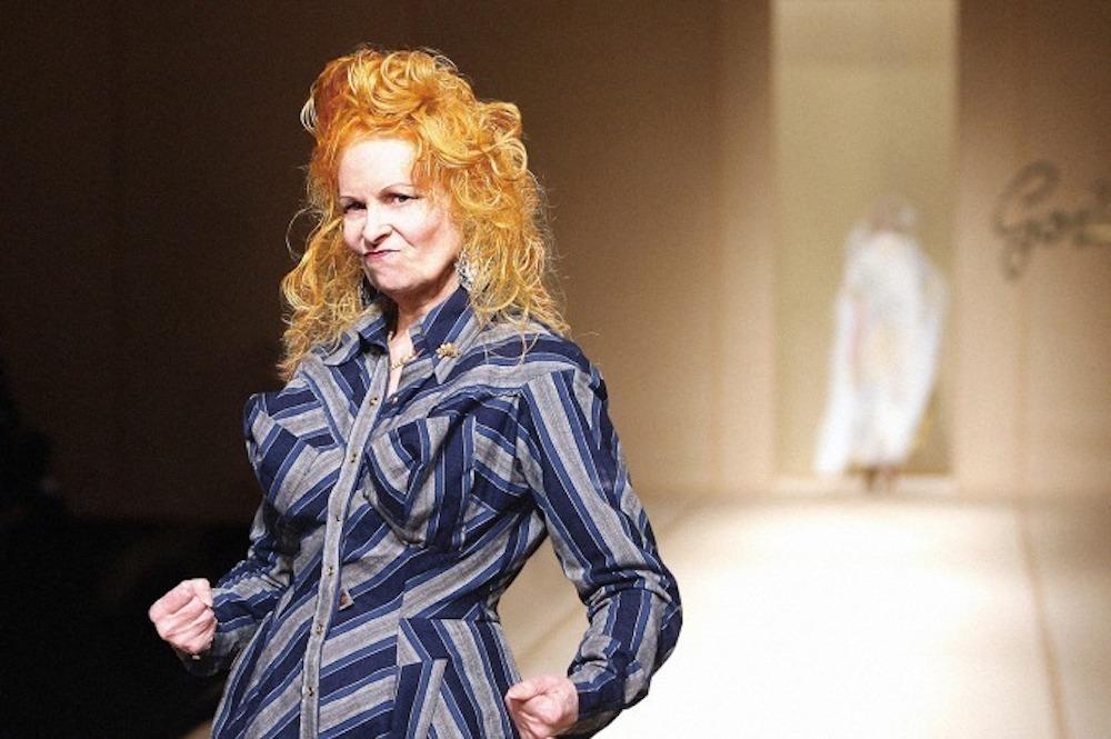 自身のコレクションを誰よりパワフルに着こなすヴィヴィアン。鮮かな赤毛は長らく彼女のトレードマークだった。