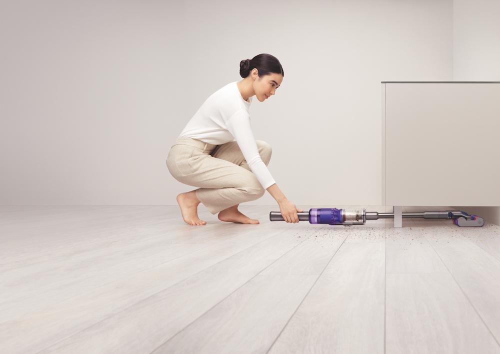 後方に180°倒れるので、家具の下など、これまで掃除機をかけにくかった場所も楽々と掃除できる。