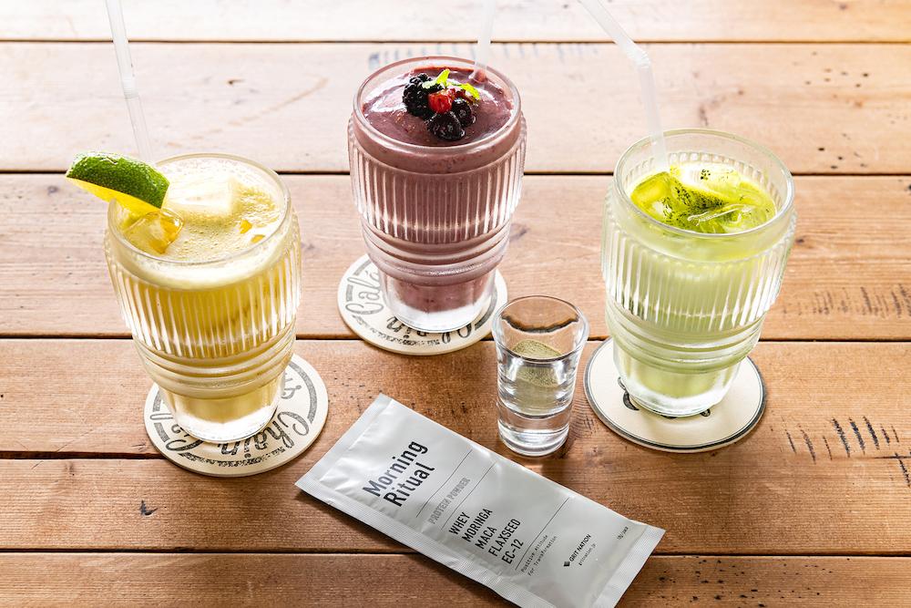 左から「シトラスプロテインドリンク」¥606、「ミックスベリープロテインスムージー」¥727、「抹茶甘酒プロテインドリンク」¥727