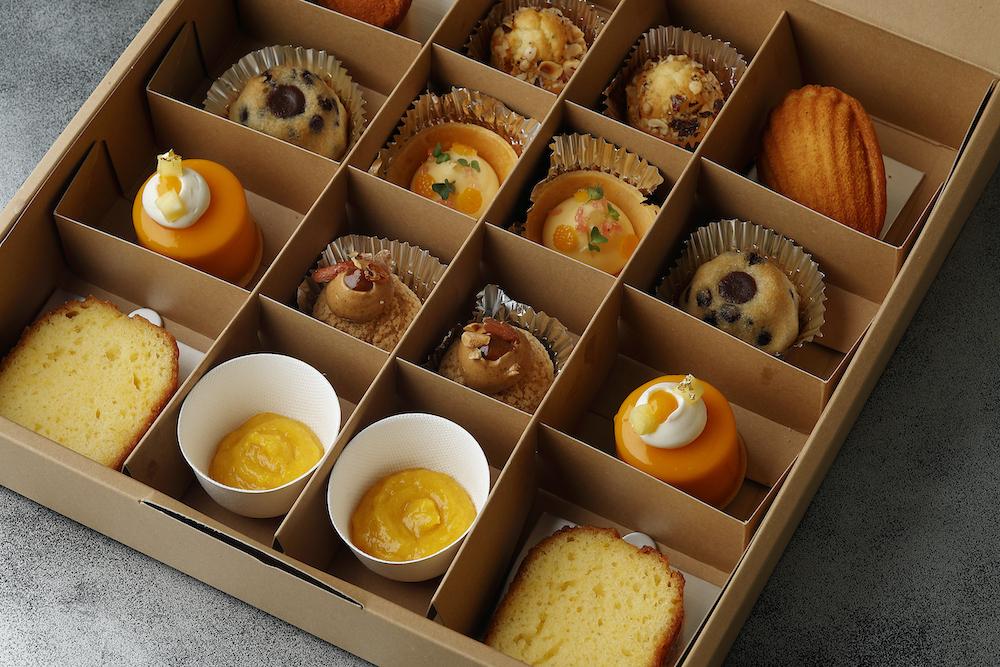 「エステール ティータイムボックス」¥9,000 円 ※2名用 メニュー内容:ピーナッツのパリブレスト、エキゾチックフルーツのチーズケーキ、レモンのタルト、柑橘風味のマドレーヌ、モワローショコラ、アーモンドのフィナンシェ、オレンジケーキとマーマレード