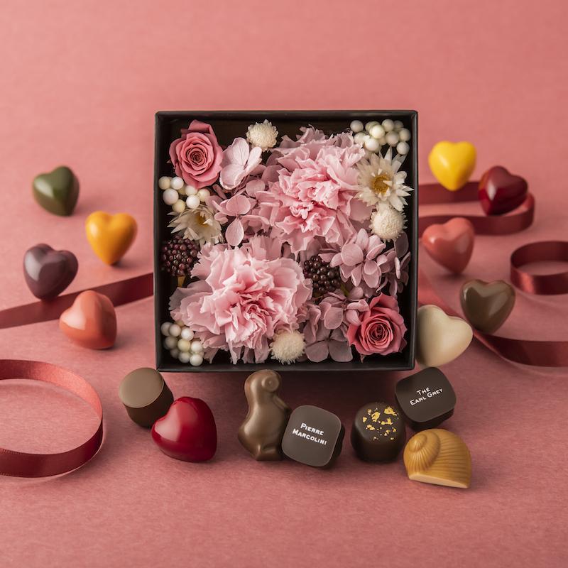 ピンクのカーネーションをメインにした、華やかなプリザーブドフラワーボックスと、さまざまな味が楽しめるチョコレートのセット。母の日を華やかに盛り上げて。