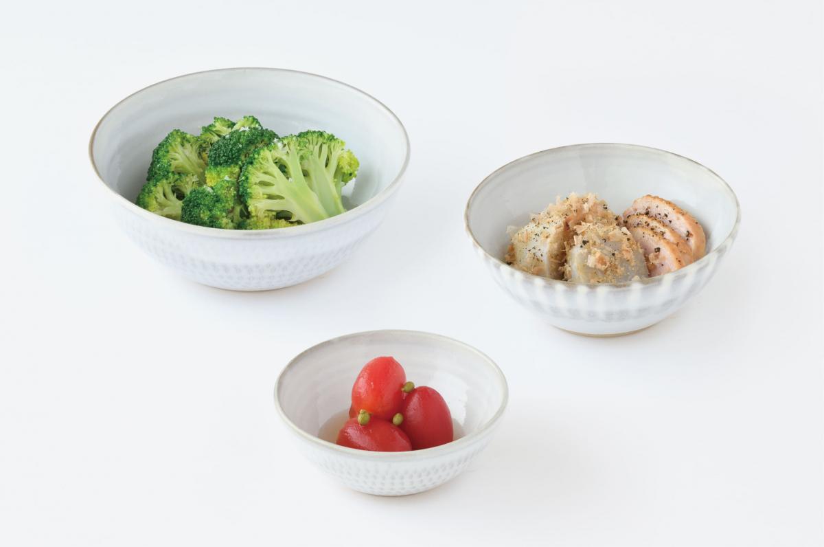 福岡県・小石原焼の鉢にそれぞれおかずを盛った様子。「小石原ポタリー 入れ子鉢」¥8,000