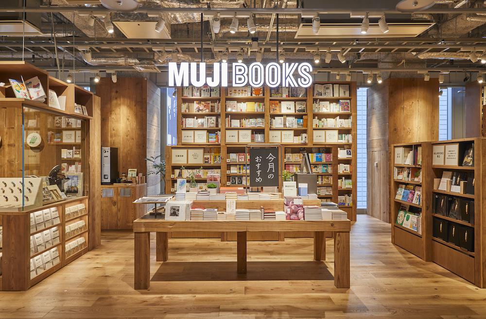アートやデザインの関連書籍からエッセイ集、料理本まで、選び抜かれた本が並ぶ「MUJI BOOKS」。
