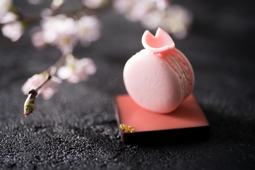桜の花びらも美しい「桜マカロン ストロベリーガナッシュ」