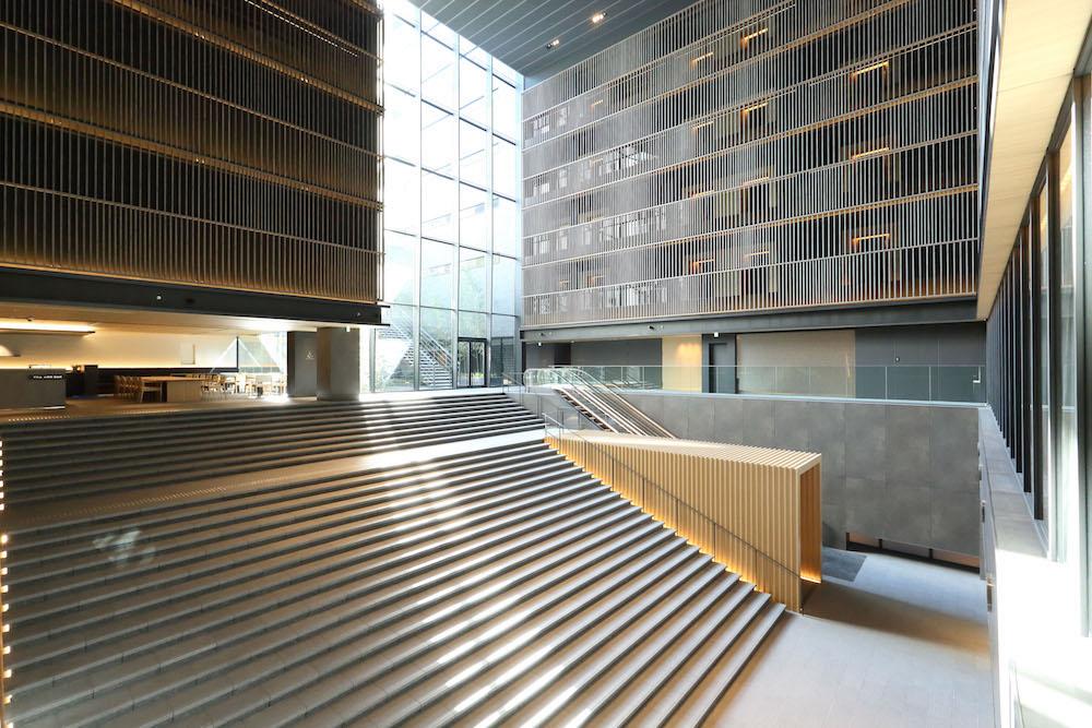ホテルの顔とも言える、ロビーの大階段。6階までの吹き抜けが圧倒的な開放感を生み出している。