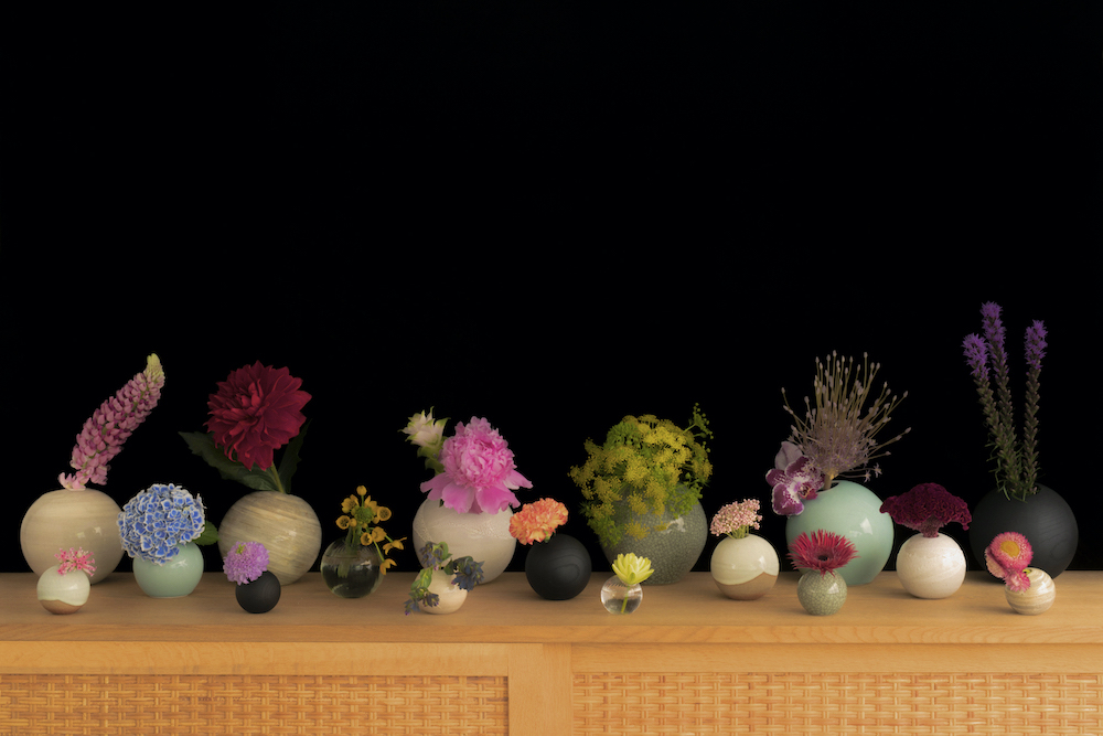 同じ球体のデザインをさまざまな素材とサイズで形にした「ONE FLOWERWARE」の花器たち。価格は¥4,400〜¥24,000。