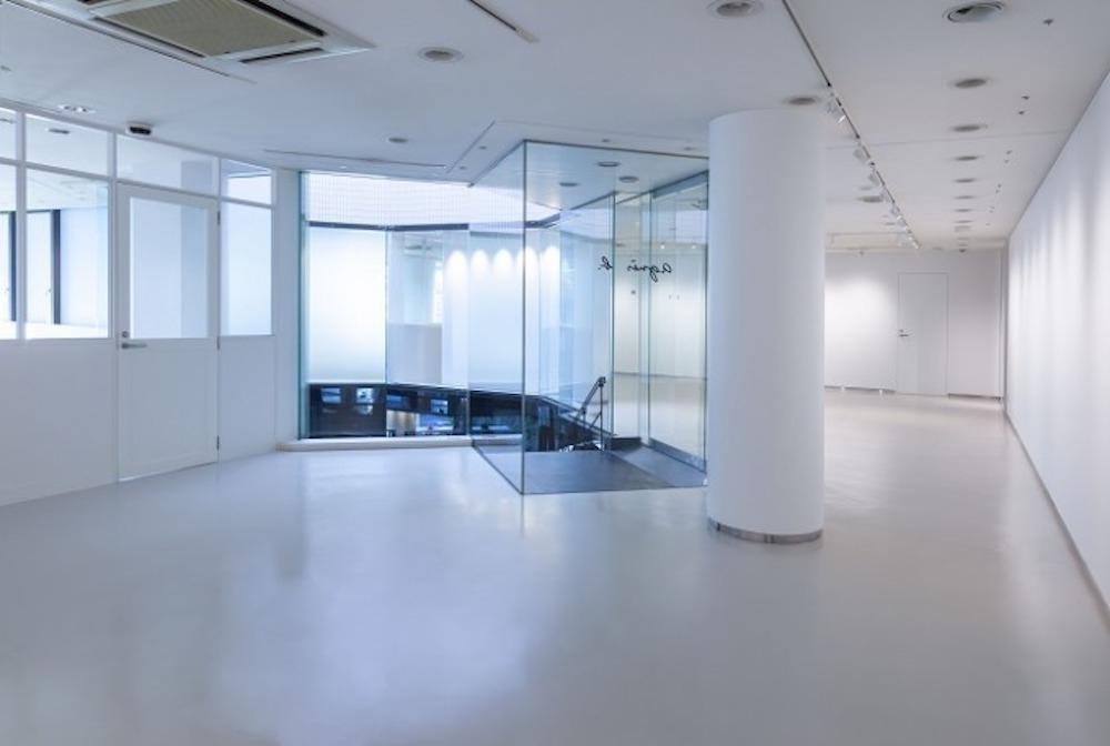 約100㎡のギャラリー空間にはミュージアムショップとレコードストアも併設。ガラスのパーテーションを隔てた隣にはプレスルームもあり、ブランドの世界観を感じ取ることができる。©️ Hiroyuki Arakawa