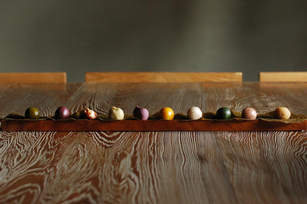 日本の伝統色の名前がついた、色とりどりの「ひと口果子」。お茶やお酒とのペアリングを楽しんで。