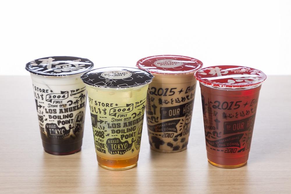 台湾の緑茶や紅茶を中心に多彩に取り揃えられたドリンクはテイクアウトも可能。トッピングにはタピオカ、プリン、仙草ゼリー、クリームが。各¥80
