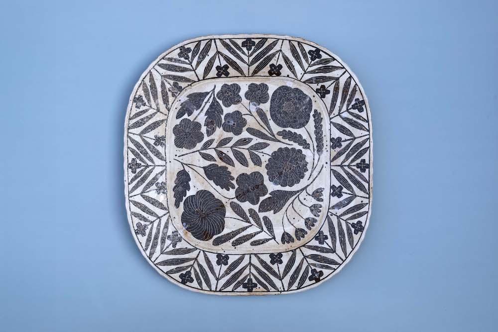 鹿児島ワールドに浸れる貴重な機会。カフェにも絵皿や絵が飾られている。