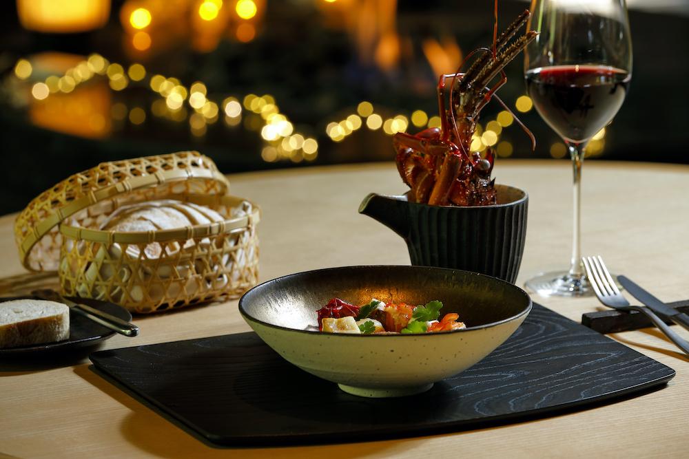 「伊勢海老の白味噌ブイヤベース」。伊勢海老や帆立貝に加え、京都の冬に欠かせない聖護院蕪も。