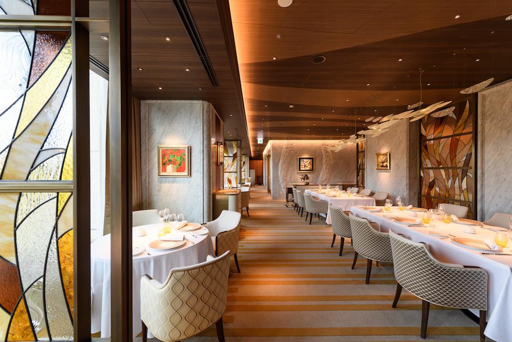 水や魚のモチーフを散りばめた、海をイメージさせるインテリアの「レストラン プルニエ」。外部からシェフを起用するのは新シェフの松本浩之が初めてだそう。