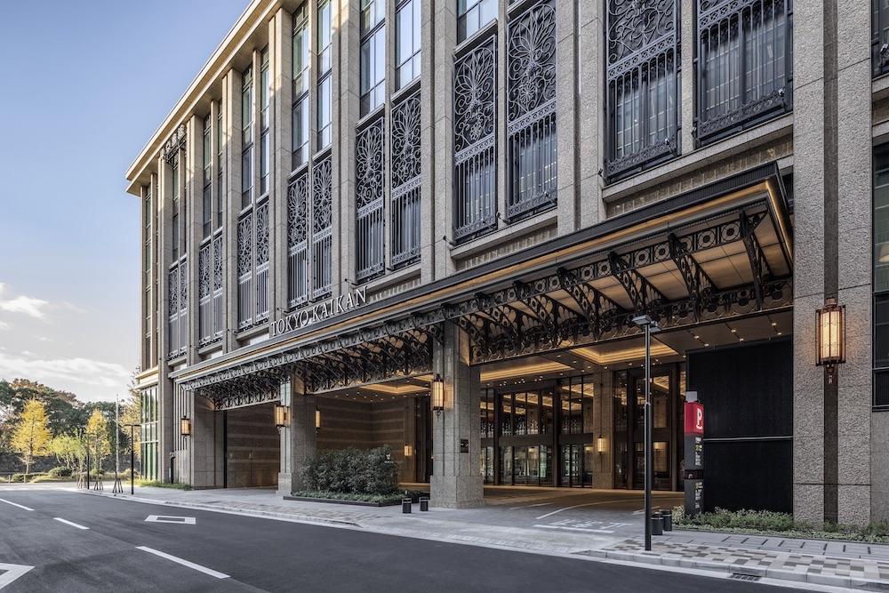 「新しくて伝統的」というコンセプトで生まれ変わった新生・東京會舘 丸の内本館。ファサード上部の壁面には初代・二代目本館に施されていた植物のモチーフを再構成したレリーフが。