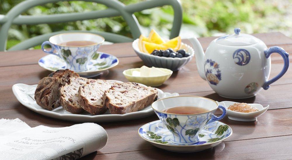 20世紀初頭、英国の貴婦人が紅茶を嗜んだ朝顔意匠を復刻した「染錦つる朝顔 紅茶碗皿」は「本日の厳選されたティーカップ」でも登場。