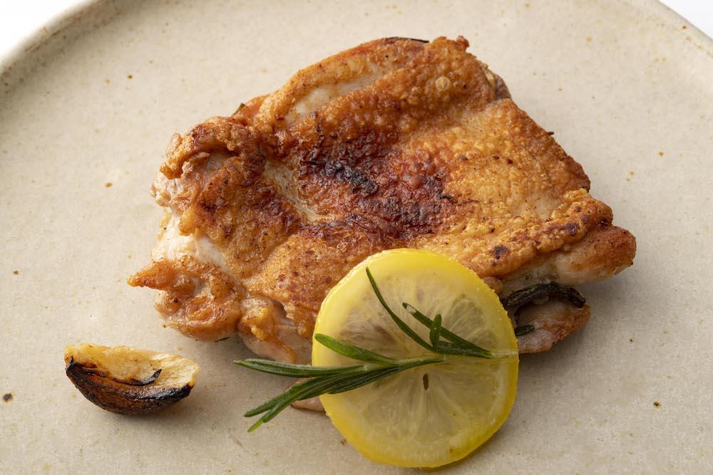 フライパンで焼くだけで本格的な鶏肉料理ができる「大山鶏レモンハーブチキン(モモ肉)」¥750