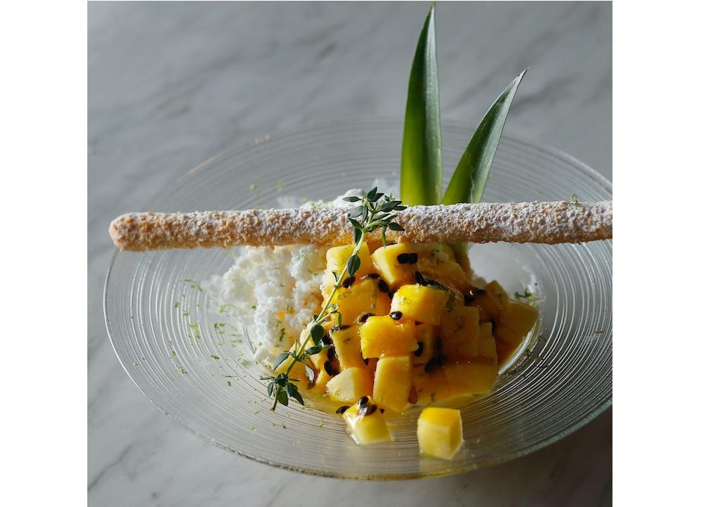 「パイナップル&パッションフルーツパフェ」「ビター&ミルクチョコレートパフェ」各