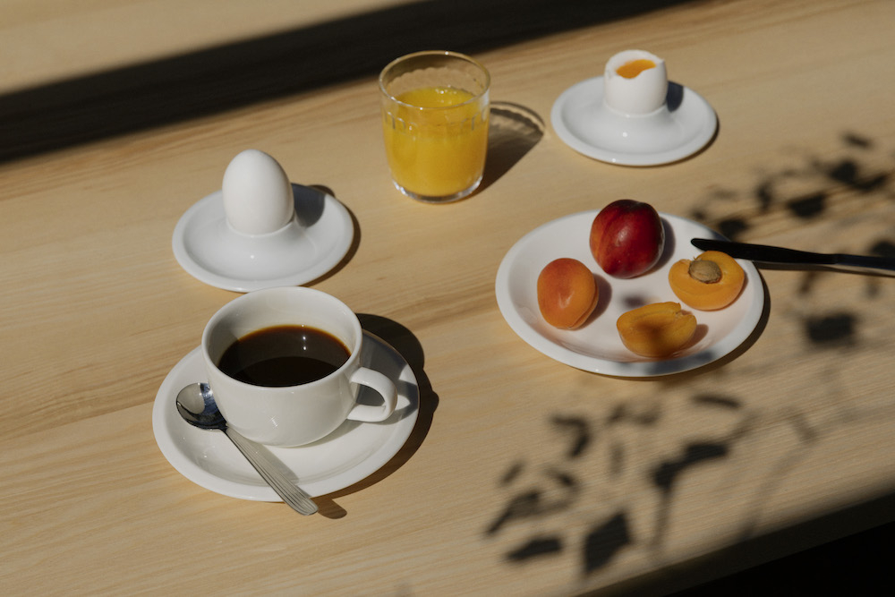 「ラーミ」カップ&ソーサー ¥3,500、プレート 20cm ¥2,800、タンブラー クリア ¥1,500 ※エッグスタンドは日本未発売