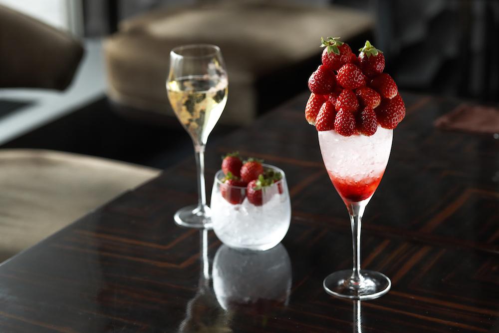 左から「シャンパーニュと3種の苺」¥3,200、「プレミアム ストロベリー カクテル」¥4,500