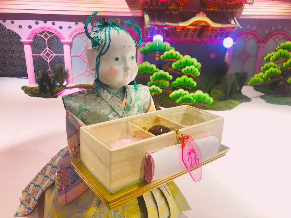 人類が滅亡した後もおもてなしを続けるからくり人形。好みに合わせてセレクトしたお楽しみセット「TAMATEBAKO」を運んでくる。