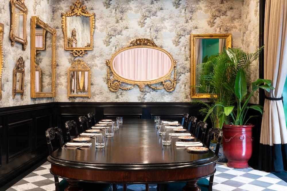 「Room of Mirrors」と名付けられた美しい プライベートダイニングルームがあります。ヨーロッパのアンティークミラー、美しい光沢を放つ木製ボアズリー、グッチ デコール コレク ションのウォールペーパーで装