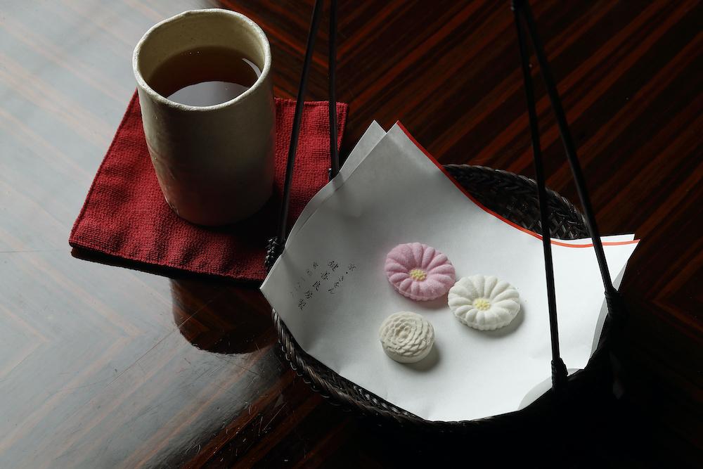 最初に登場する「ほうじ茶マリアージュセット」(祇園辻利のほうじ茶、干菓子 落雁 菊(11月は紅葉)、和三盆 菊寿糖)