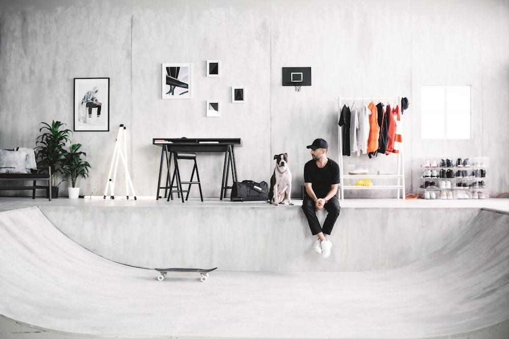 「ファッションデザイナーとして僕は、みんなの中に服や靴、アクセサリーを人に見せたい気持ちがあるのを知っているよ。お金を貯めて買ったスニーカーを、見えないところにしま い込むのはもったいないよね」と話すクリス・スタンプ