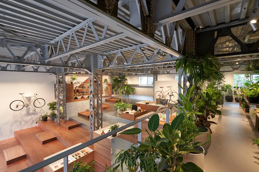 元倉庫の空間を生かした店内。大階段の存在が印象的だ。