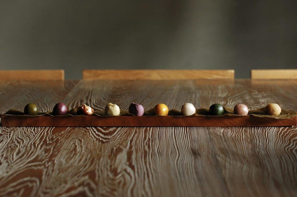 日本の伝統色の名前がついた、彩とりどりの「ひと口果子」。お茶やお酒とのペアリングを楽しんで。