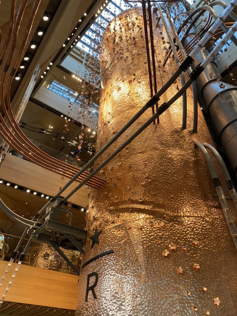 銅板で作られた焙煎したコーヒー豆の貯蔵庫。目黒川の桜のイメージで作られたそう。