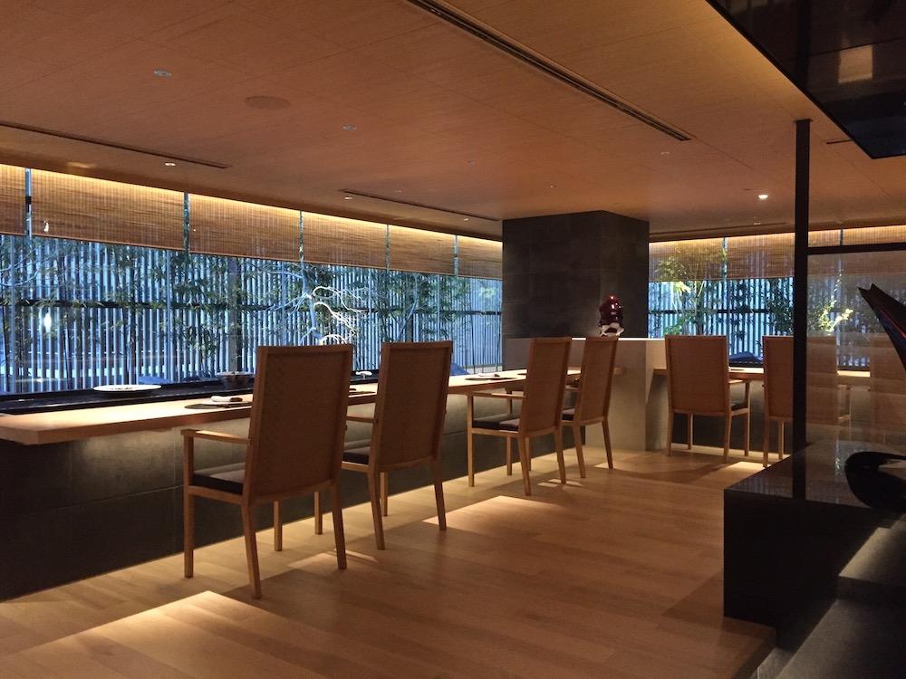 """日本料理「KIZAHASHI/階」のカウンター席。素材と調理法を選んで仕上げてもらえる""""モダン割烹""""が楽しめる。"""