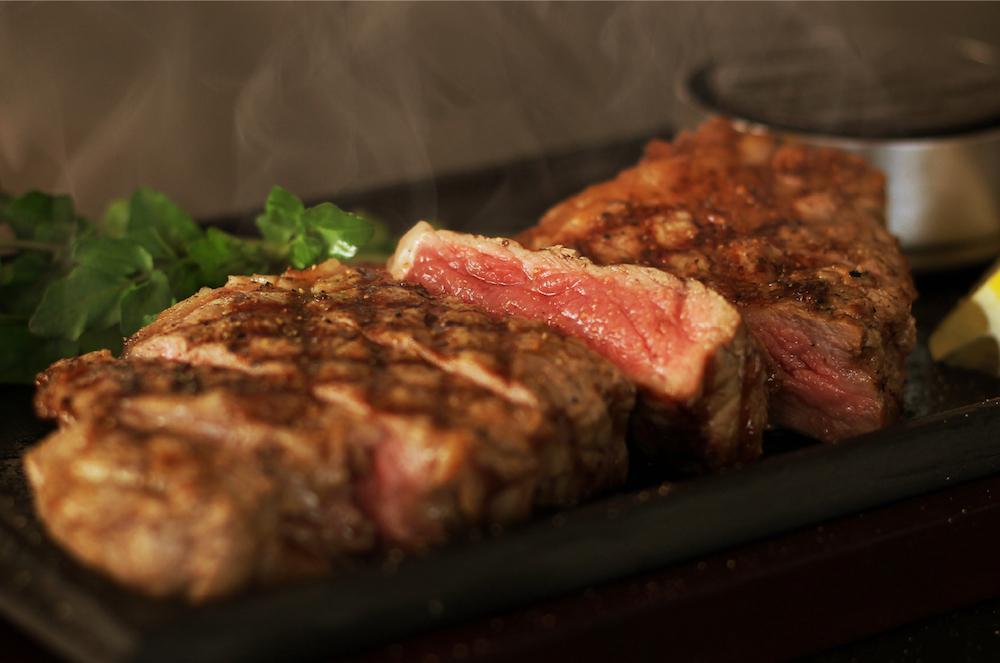 ステーキブランド「ステーキNO.1 STEAK THE FIRST」の厳選ステーキが気軽に食べられるのも嬉しい。