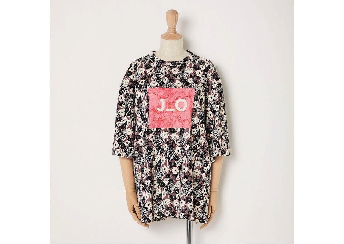 """胸に""""SAKURA""""のテーマアートとロゴを入れたTシャツも。"""