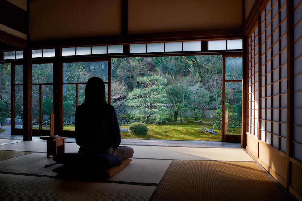 宿泊者限定体験企画「OKUTRIP KYOTO」には、非公開寺院での座禅体験なども用意されている。