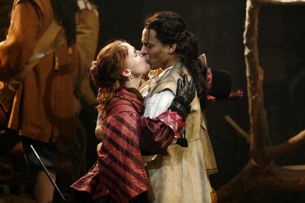 ロクサーヌを演じるジェニファー・ガーナーと、クリスチャン・ド・ヌーヴィレット役のダニエル・サンジャタ。