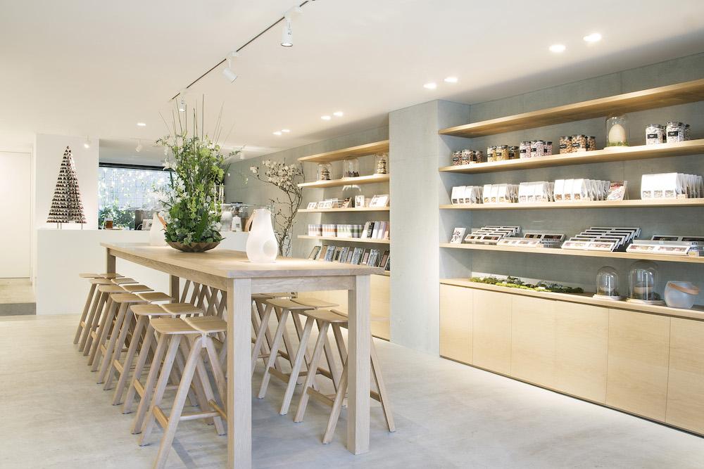 北欧らしいインテリアが爽やかな店内空間。出来たてのクリームキスやオーガニックティー、コーヒー、それにチョコレートドリンクなどが楽しめる。