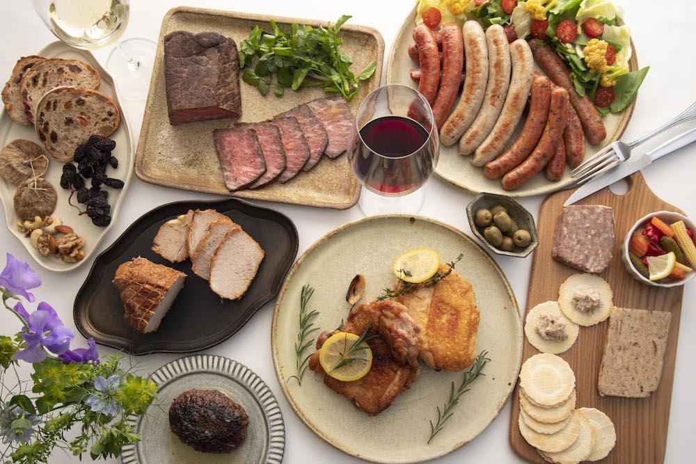 食卓を華やかに彩る肉の加工品の数々。ギフトボックスだけでなく、単品でも販売している。