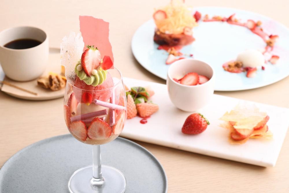 とちおとめのソルベとローズが香るフロマージュブランをあわせたパフェをはじめ、さまざまないちごの美味しさが楽しみ尽くせる内容に。
