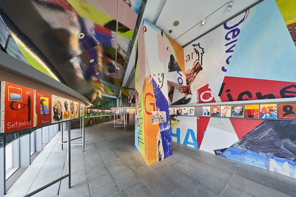 各作品と拡大した作品ディテールが響き合う展示空間。© Masaya Yoshimura