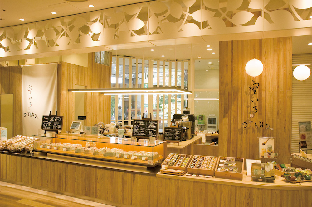 明るくカジュアルな雰囲気の「空いろ STAND 国分寺マルイ店」。限定商品を含む「空いろ」のお菓子をオリジナルのコーヒーと共にイートインでも楽しめる。