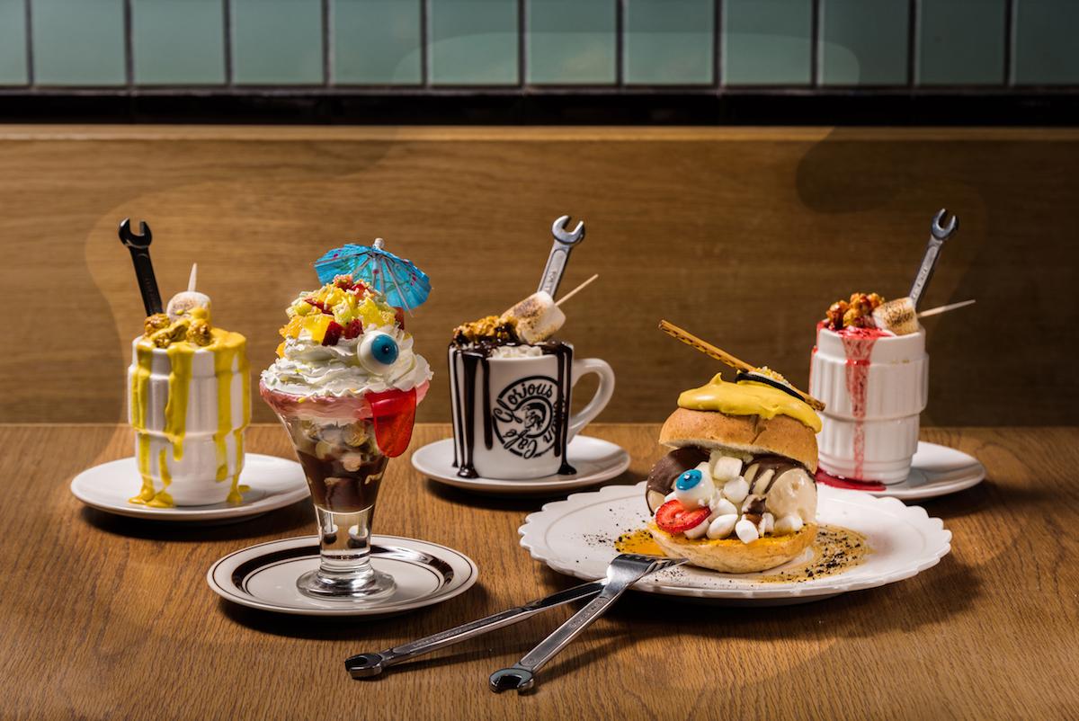 (後列)「アーモンドミルクスモアラテ」(ホット/アイス) ¥820(前列左から)「クレイジーパフェ」¥1,080、「パンプキンアイスクリームバーガー 」¥1,080