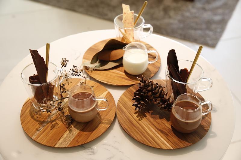「ホットチョコレート」左からスイート/ホワイト/ビター 各¥800