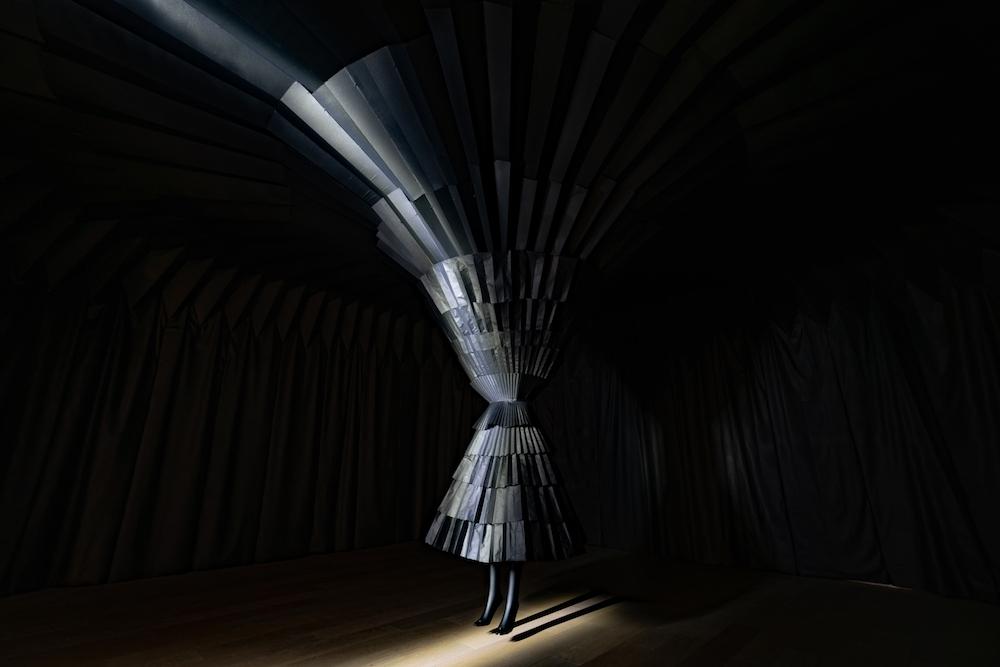構成要素はほぼ同じなのに、黒と白の空間の印象は大きく異なる。ぜひ実際に足を運んで体感して。