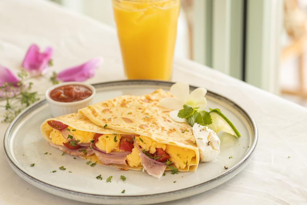 チーズ、スクランブルエッグ、ローストチキン、トマト、オニオン、サワークリーム、サルサソースが入った食事系クレープ「サウスウエスト」¥1,240