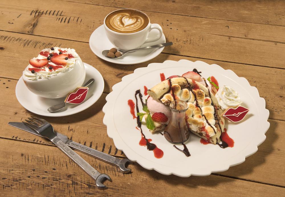 (左から時計回りに)グロリアスチェーンカフェ「ホットチョコレート with キス」¥787、「バレンタインカプチーノ」¥629、「チョコレートピザ with キス」¥1,370
