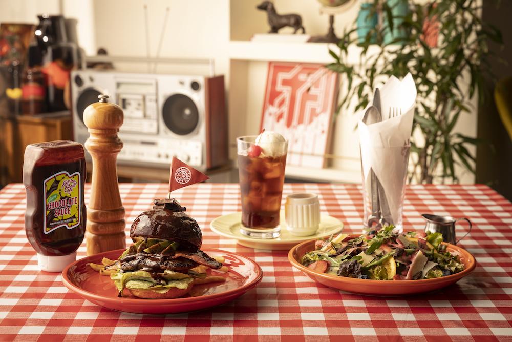 左から「BLTスパイシーチョコレートハンバーガー」¥1,370、「エスプレッソカカオコーラ」¥639、「フルーツチョコレートサラダ」¥1,111